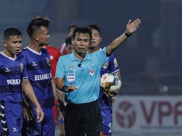 Trọng tài FIFA Trương Hồng Vũ gây bức xúc với pha bẻ còi khó hiểu