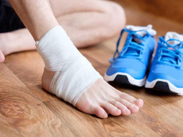 Đau cổ chân khi đá bóng nguy hiểm không - Nên và không nên làm gì